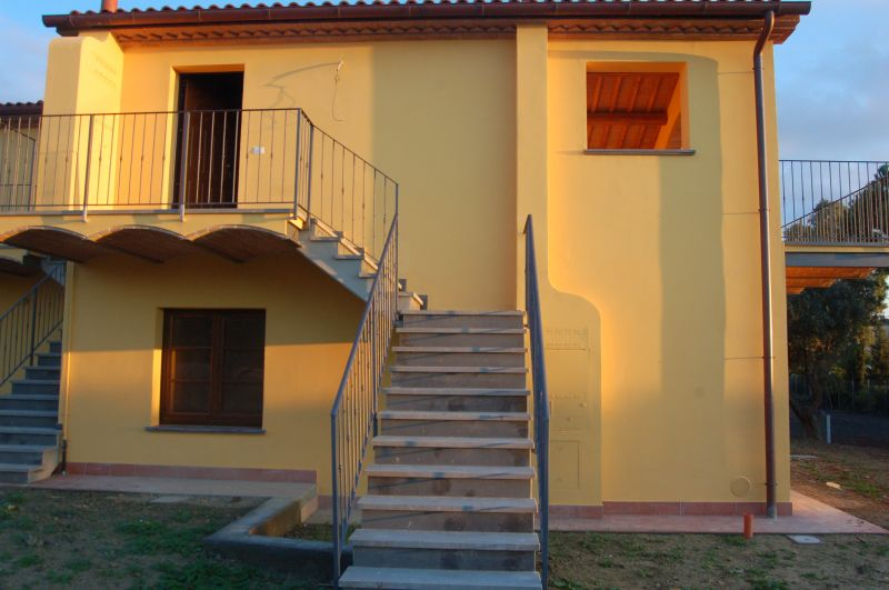 esterno-APPARTAMENTO INDIPENDENTE-in-vendita-Castellina M.ma-R0398